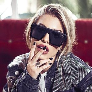 QUAY Hindsight Sunglasses in BLK